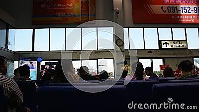 Passagiere, die auf den Check-in warten, gehen zum Flugzeug im Gate Terminal des Trang Airport in Thailand stock video