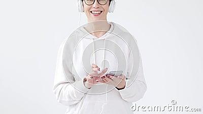 Passatempo, interesses e conceito dos povos - mulher bonita 40-50 anos de música de escuta velha no fones de ouvido grande video estoque