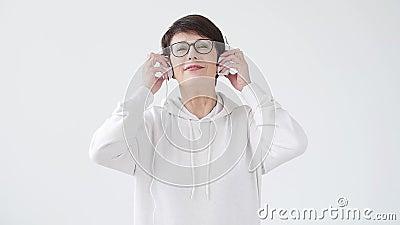 Passatempo, interesses e conceito dos povos - mulher bonita 40-50 anos de música de escuta velha no fones de ouvido grande filme