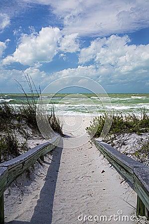 Passe uma praia de Florida da grade