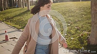 Passeggiate e balli della ragazza sulla via video d archivio