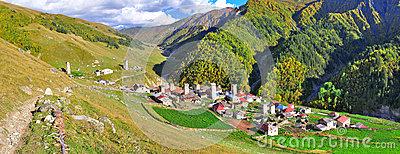 Passeio em a montanha de Mestia-Ushguli, Svaneti Geórgia