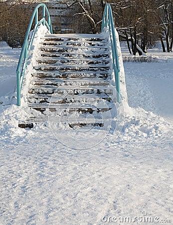 Passerelle au-dessus d étang à l hiver