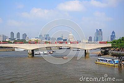 Passerelle de Waterloo et ville de Londres