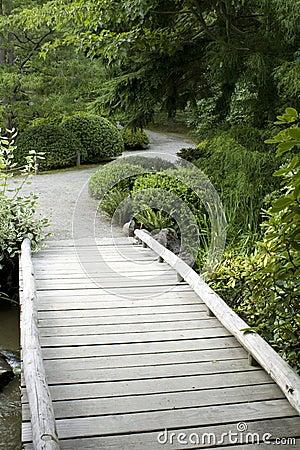 Passerelle en bois dans le jardin japonais photo libre de droits image 26349245 - Passerelle en bois pour jardin ...
