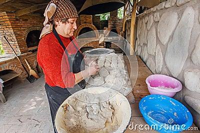 signagi georgia 7 ottobre pasta dimpastamento della casalinga pi anziana per i piatti tradizionali dentro la vecchia cucina della casa con il forno di