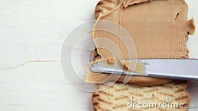 Pasta del burro di arachidi con un coltello archivi video