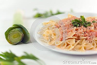 Pasta Farfalle con salsa di color salmone