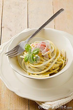Pasta with sour cream and ham