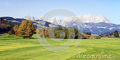 Pastagem e montanhas em Kitzbuhel - Áustria