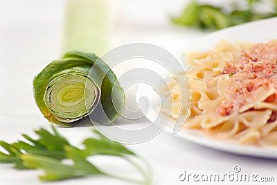Pastas Farfalle con la salsa de color salmón