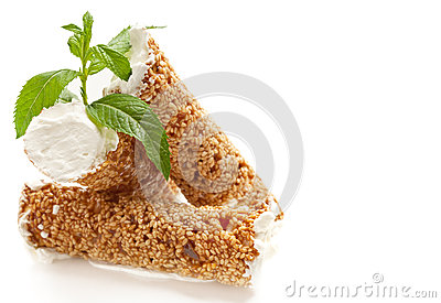 Pasteles del sésamo con crema azotada