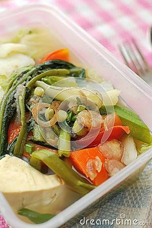 Pasto imballato con le verdure sane