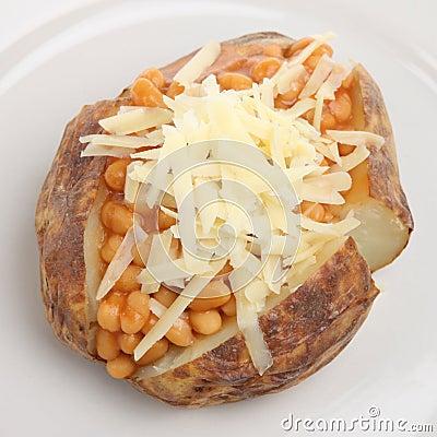 Patata cocida al horno con las habas y el queso