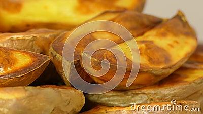 Patata cortada cocida apetitosa, primer almacen de metraje de vídeo