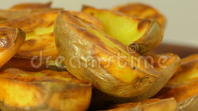 Patata cortada cocida apetitosa, primer almacen de video