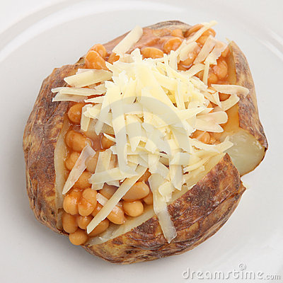 Patata cotta con i fagioli ed il formaggio