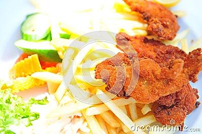 Patatas fritas y pollo