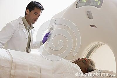 Patient, der einen CAT-Scan hat