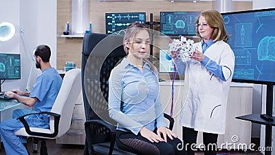 Patientin in einer modernen Neurologie-Klinik für Gehirnanalyse stock video