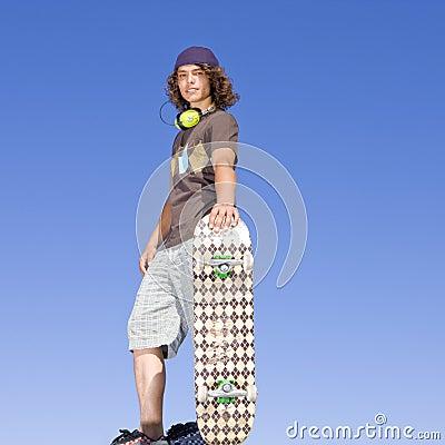 Patineur de l adolescence placé sur le rampe