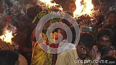 Patiti che ballano nella folla al festival indù in tempio di Sri Mutharamman al distretto di Thoothukudi, Tamilnadu, India stock footage