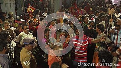 Patiti che ballano nella folla al festival indù in tempio di Sri Mutharamman al distretto di Thoothukudi, Tamilnadu, India video d archivio