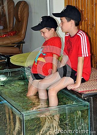 Patong, Tailândia: Rapazes pequenos que começ a massagem dos peixes Foto de Stock Editorial