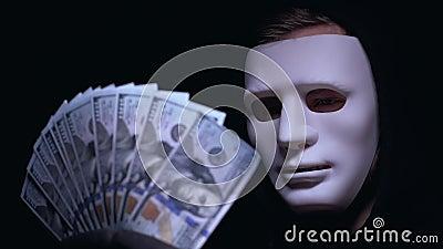 Patron de sourire de Mafia dans le groupe de participation de masque de dollars, vol, fond foncé clips vidéos