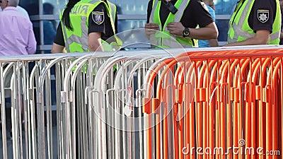 Patrulhe a polícia perto da beira do ferro para controlar e monitorar a multidão de fãs vídeos de arquivo