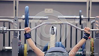 paurlifting la femme de sports gymnastique la femme soul ve le poids lourd se trouvant sur un. Black Bedroom Furniture Sets. Home Design Ideas