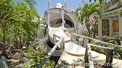 Pavilhão para um animal fantástico no playground entre palmas vídeos de arquivo