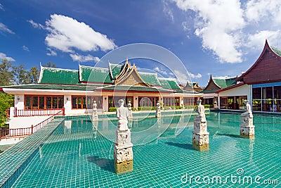 Pavilhão oriental refletido na água