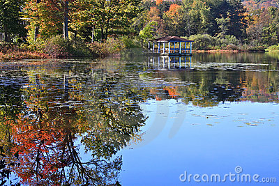 Pavillon avec des réflexions d automne