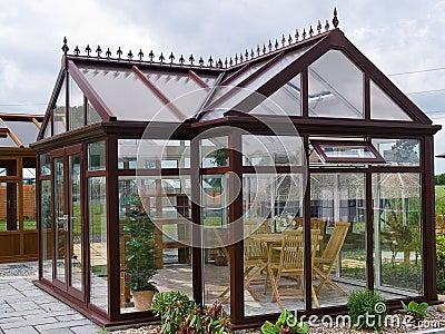 Pavillon en verre de jardin formel avec des meubles photo for Pavillon de jardin moderne