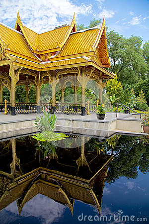 Pavillon thaïlandais (sala) reflété