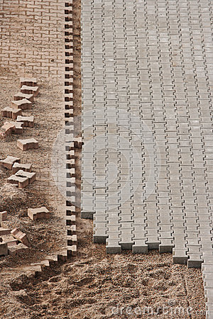 Pavimento inacabado en el emplazamiento de la obra