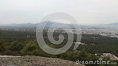 Paysage d'Attica Greece comme vu de la montagne de Parnes par jour d'hiver neigeux banque de vidéos