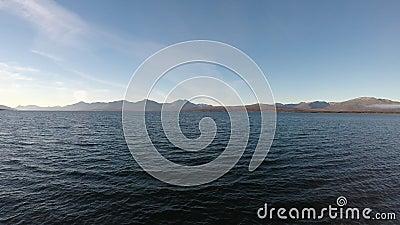 Paysage de mer ouverte avec des vagues et des îles de montagne banque de vidéos