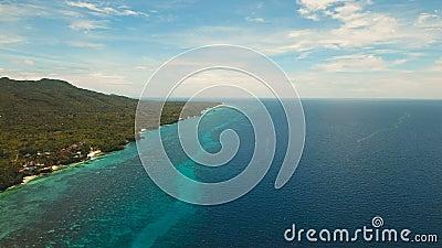 Paysage marin avec l'île tropicale, plage, station de vacances, hôtels Bohol, région d'Anda, Philippines banque de vidéos