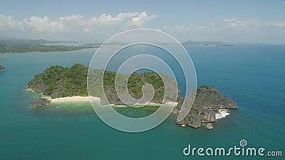 Paysage maritime des îles Caramoan, Camarines Sur, Philippines Île tropicale avec plage blanche, vue aérienne banque de vidéos