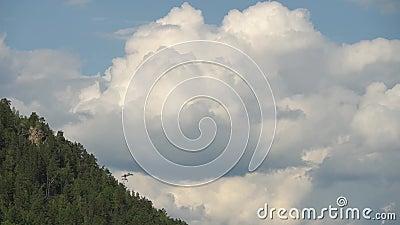 Paysage scénique de bâti d'été avec de grands nuages volumétriques de transformation rapide au-dessus des arbres Plein laps de te banque de vidéos