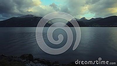 Paysage scénique de fjord de la Norvège avec peu de pluie typique d'après-midi clips vidéos