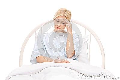 Paziente femminile preoccupato che si trova in un letto di ospedale fotografia stock immagine - Letto che si chiude ...