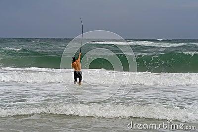 Pêche au surfcasting d homme