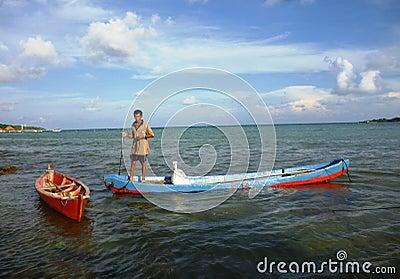 Pêcheur ramant un bateau de sampan Photo éditorial