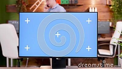 PDV del hombre en su lugar de trabajo escribiendo en un ordenador con pantalla verde almacen de video