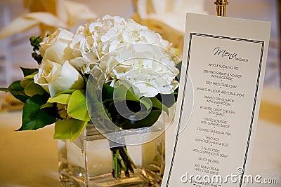 Peça central e menu do casamento
