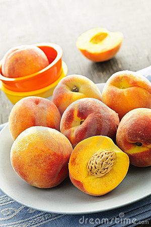 Free Peaches On Plate Stock Image - 21220951