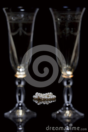 Free Pearls And Glasses Royalty Free Stock Images - 28245829